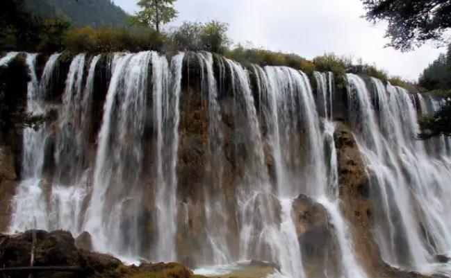 诺日朗瀑布图片